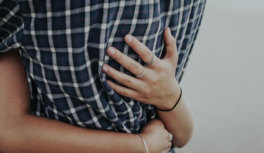 ハグをする女性の手