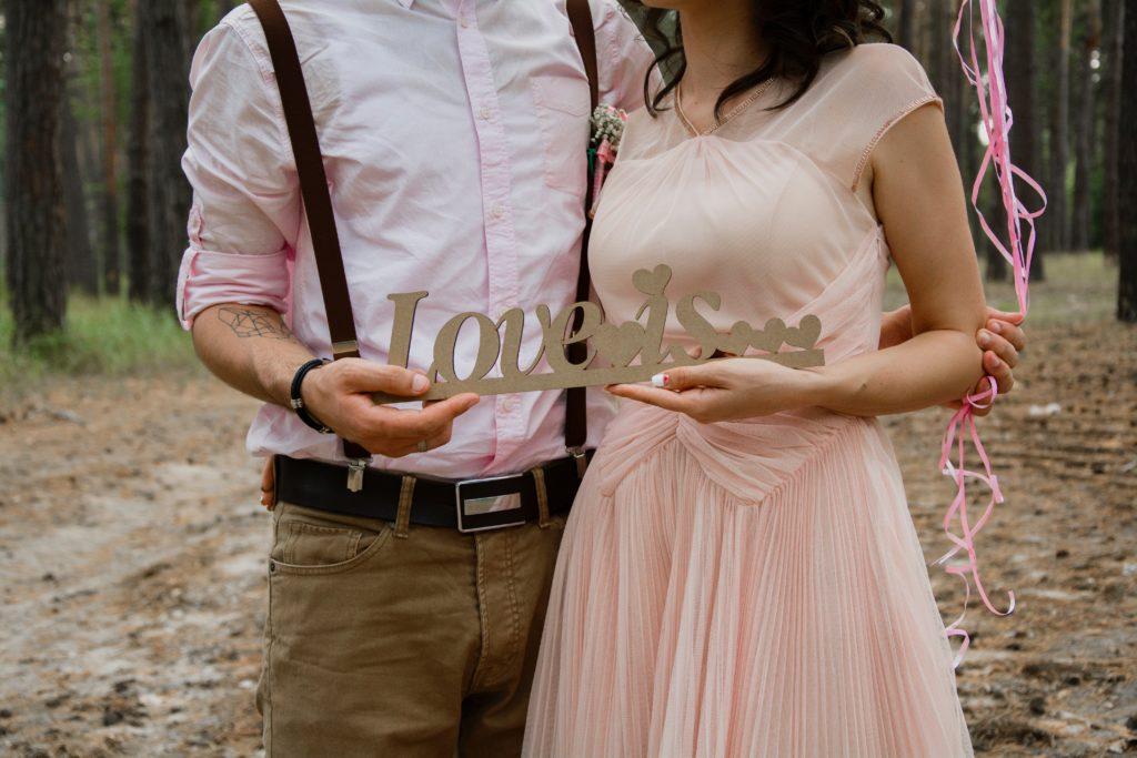 記念撮影するカップル