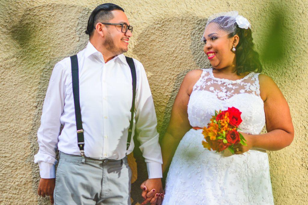 見つめ合う新婚夫婦