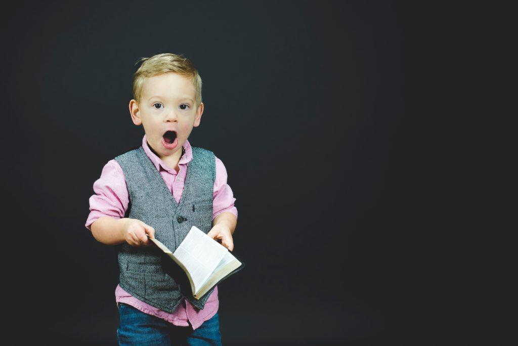 本の内容に驚く少年