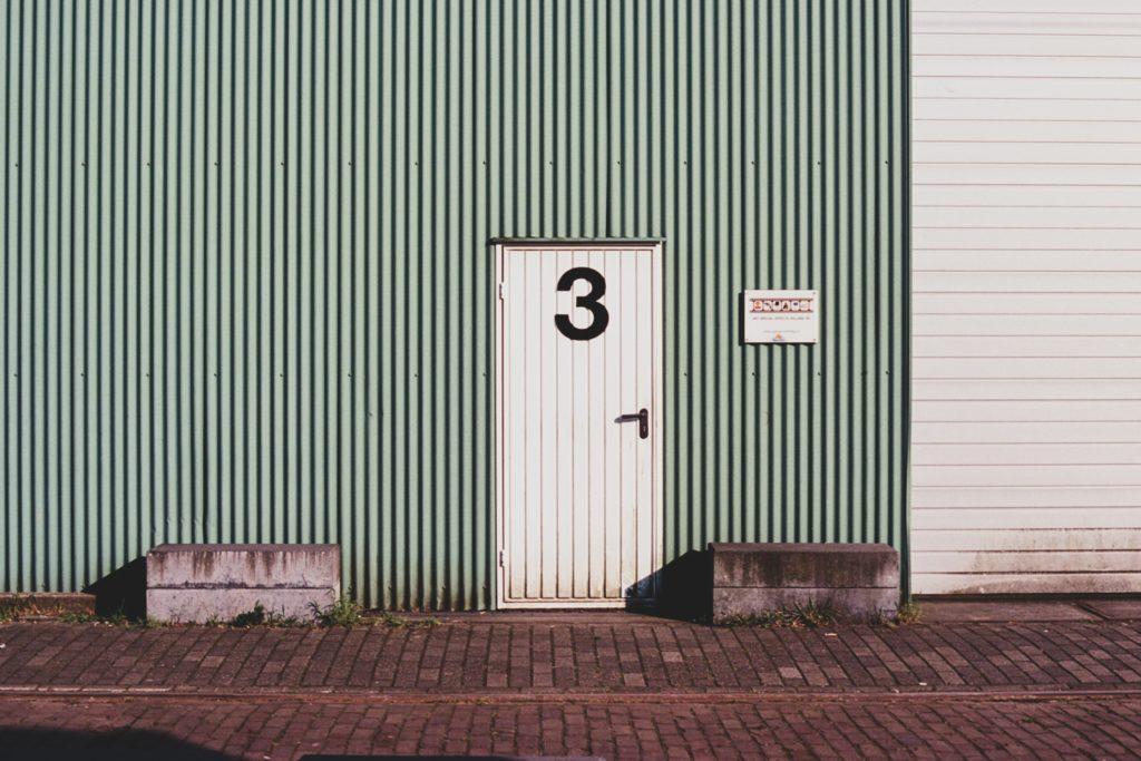 3が書かれた扉
