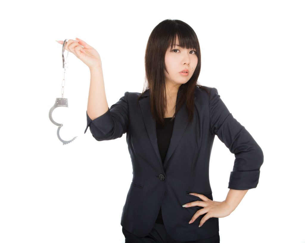 手錠をもつ女性