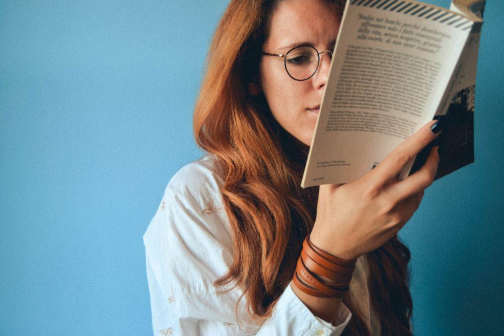 ノートを読む女性