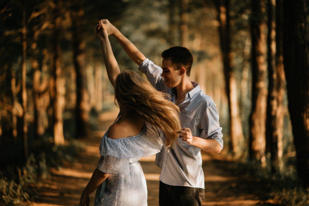 手を繋ぎ踊る男女