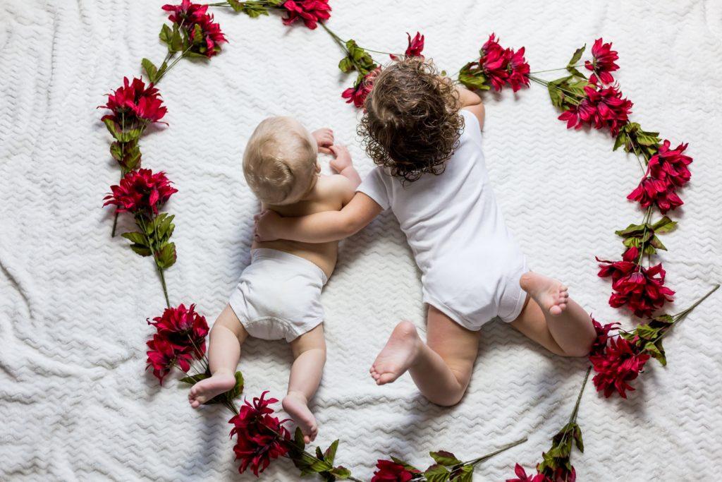 寄り添いあう2人の赤ちゃん