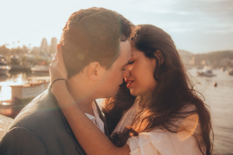キスをするカップル
