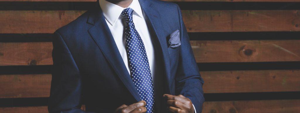 スーツ姿の男