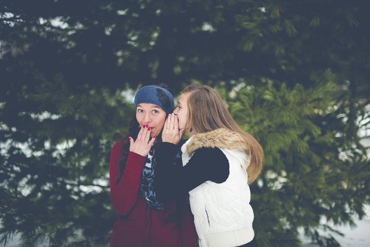 秘密の話をする女性達