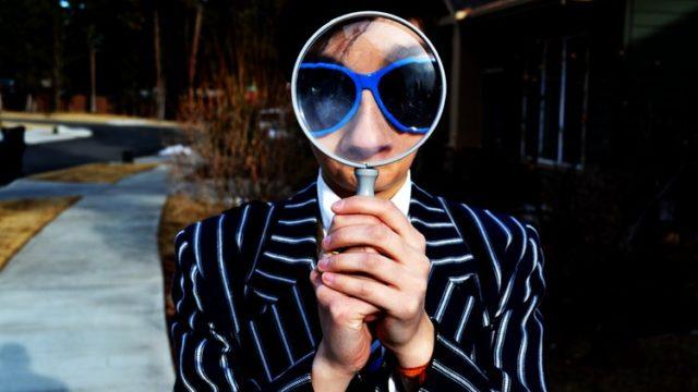 虫眼鏡を持った男