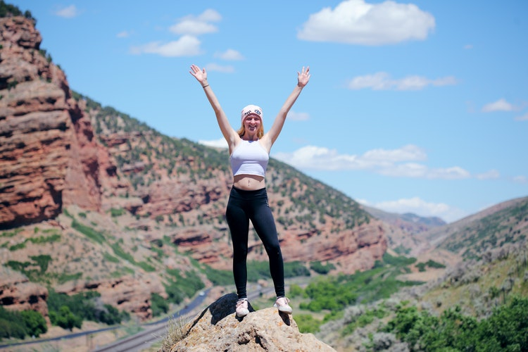 山道で喜ぶ女性