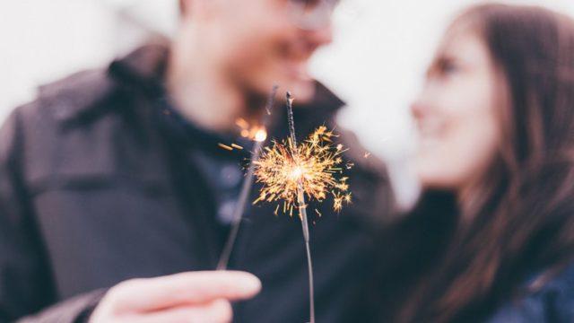花火を持って微笑みあうカップル