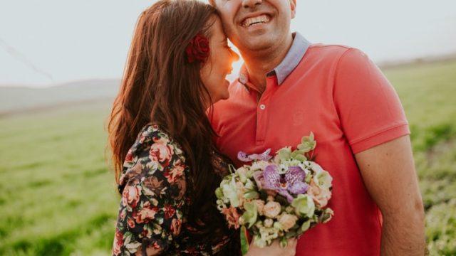 身を寄せ合い微笑むカップル