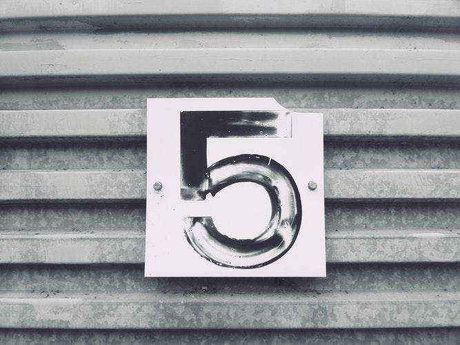 5と書かれた看板