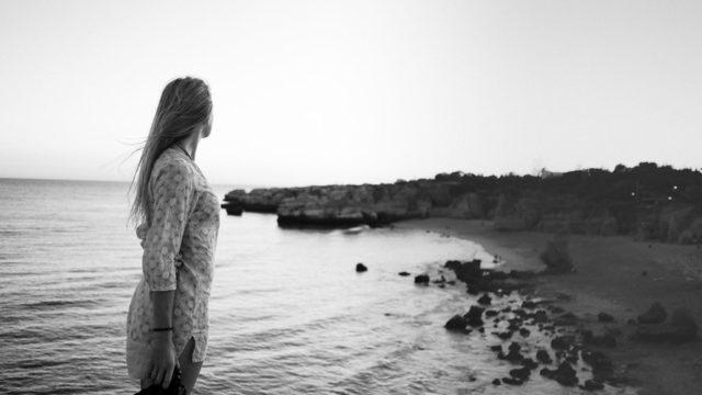 浜辺でたたずむ女性