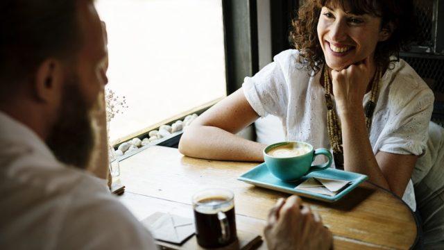 カフェで会話を楽しむ男女