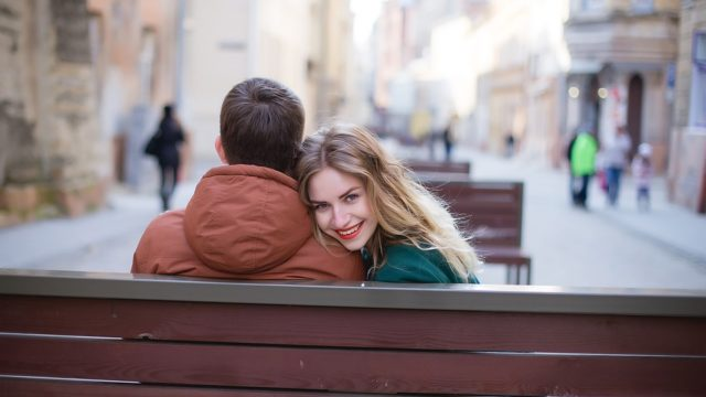 抱き合いながら後ろを振り返る女性