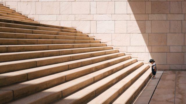 階段を見つめる少年