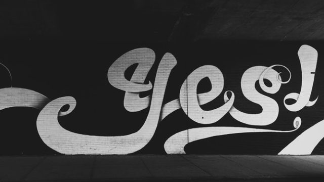 「YES」と書かれた壁