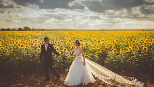 結婚式に参加する格好で歩くカップル