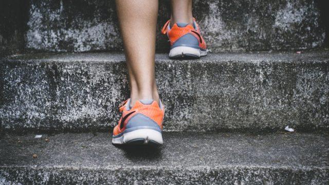 階段を登る女性の足元