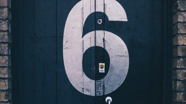 6と書かれた壁