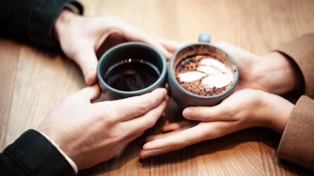 カフェでリラックスする男女