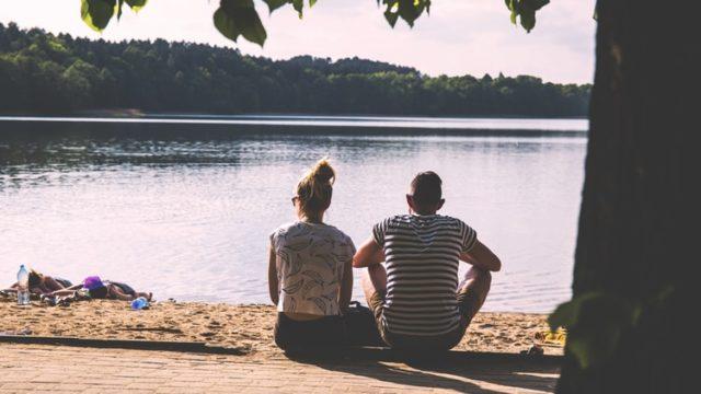 川沿いでデートをする男女