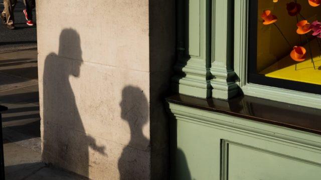 会話をしている男女の影