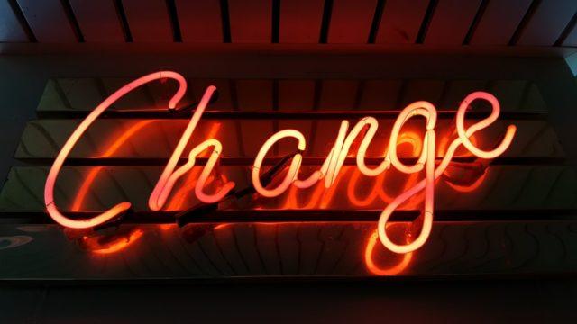changeと書かれたネオンの看板