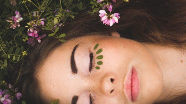 化粧した姿で寝そべる女性