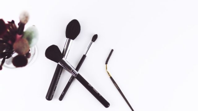 雑に置かれた化粧道具