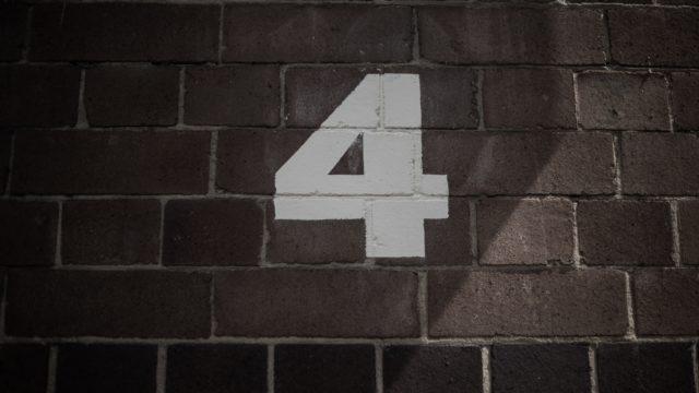 「4」と書かれた壁