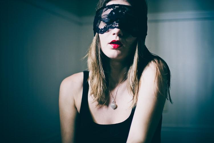 ベットの上で暗い顔をする女性