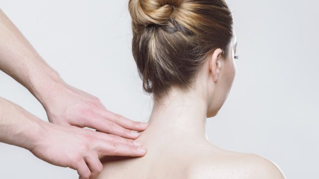 肌の状態を確認する女性