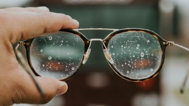 雨に濡れた眼鏡