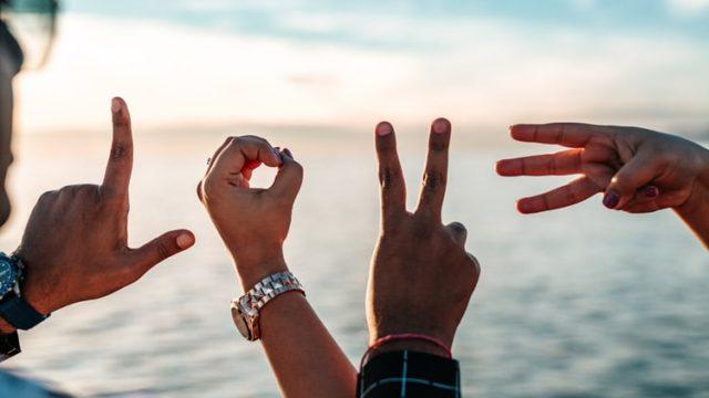 指で表現した「LOVE」という文字