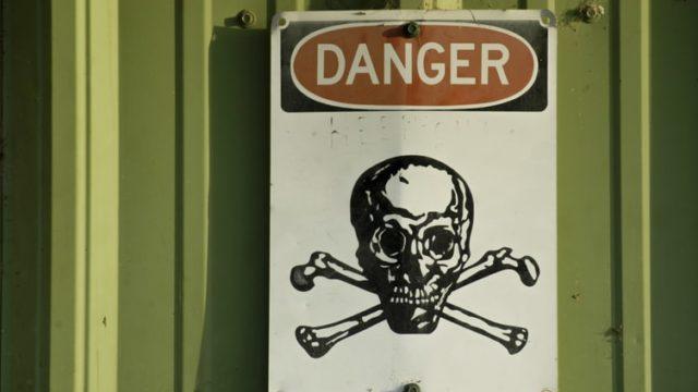 dangerと書かれた看板
