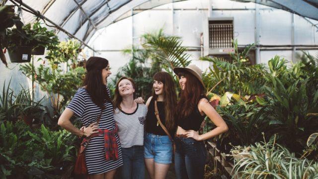 笑顔で話す女性グループ
