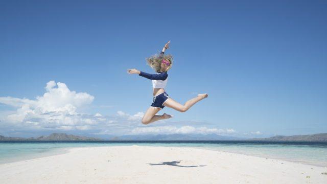 浜辺でジャンプする女性