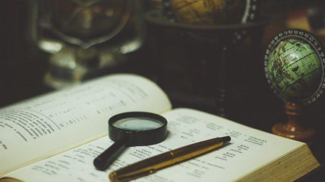 机の上に開かれた本