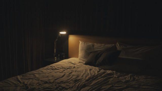 明かりがついた部屋のベッド