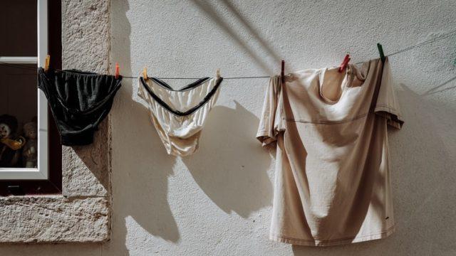 干されている服