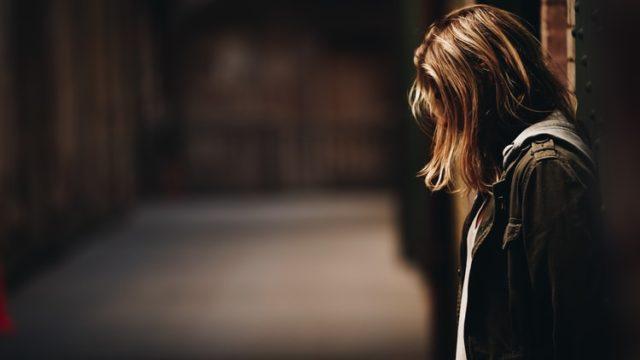 暗闇で悲しむ女性