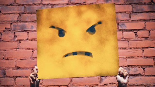 怒っている顔文字が書かれた看板